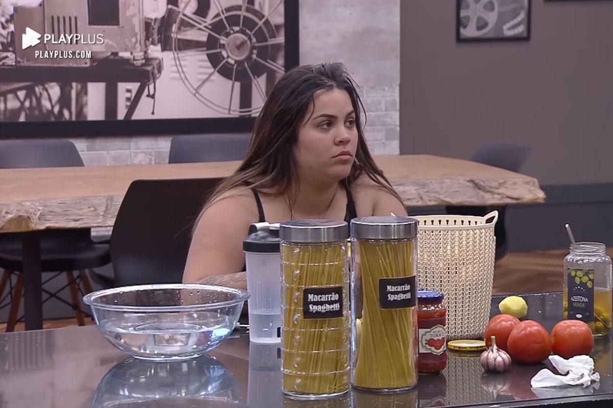 Foto de Mari Matarazzo na cozinha do Power Couple olhando para Renata Dominguez