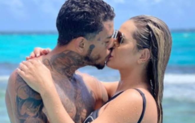 mc kevin e deloane bezerra se beijando em dia de piscina