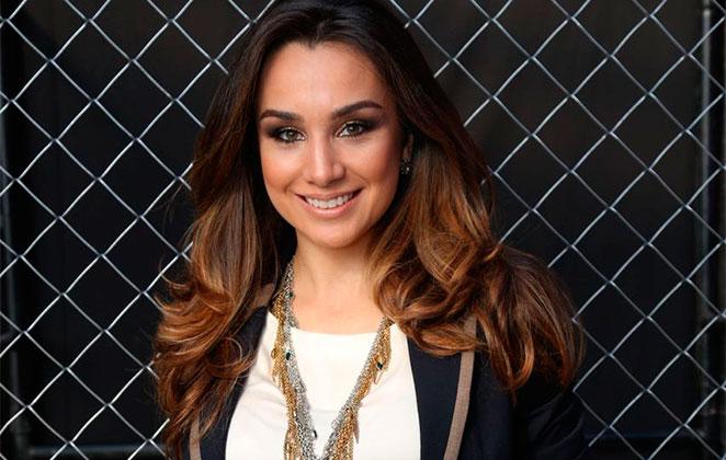 Milena Machado surge sorridente com colar estiloso