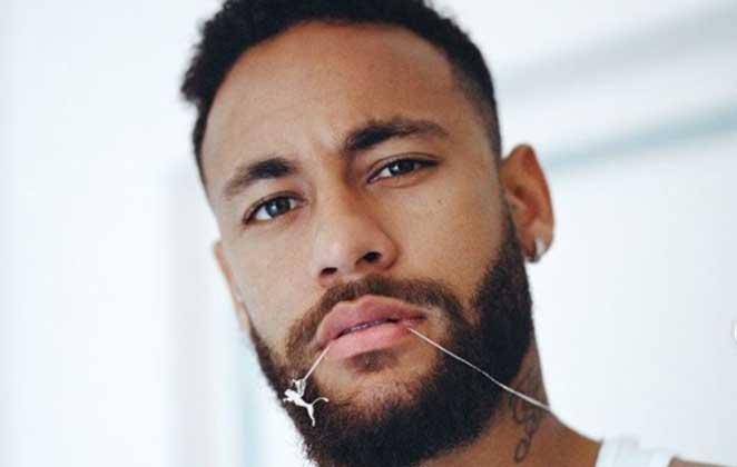 Neymar mordendo correntinha