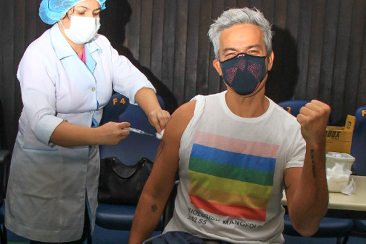 Otaviano Costa é vacinado contra a Covid-19