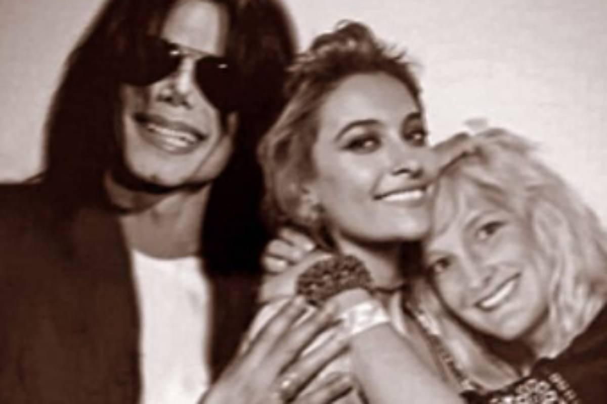 paris jackson em foto antiga com michael jackson abraçada com uma mulher