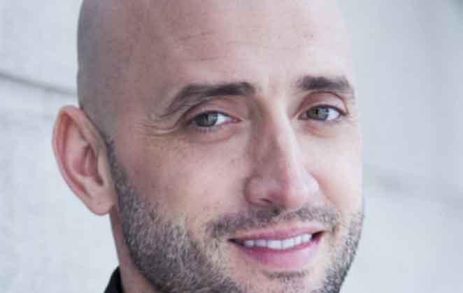 De barba por fazer, Paulo Gustavo sorri