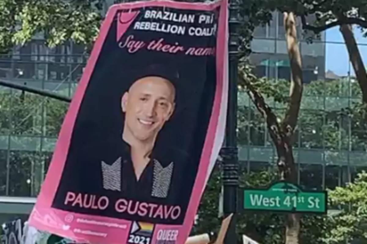 foto do cartaz em homenagem a paulo gustavo na parada gay de NY