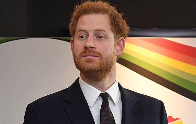 Príncipe Harry com olhar sério, usando terno