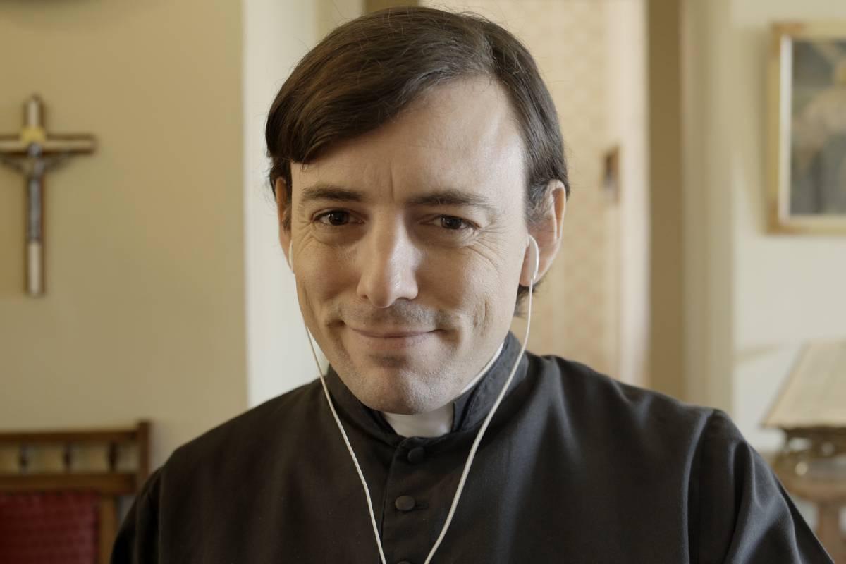 rafael pimenta atuando como padre esteves na série confessionário online