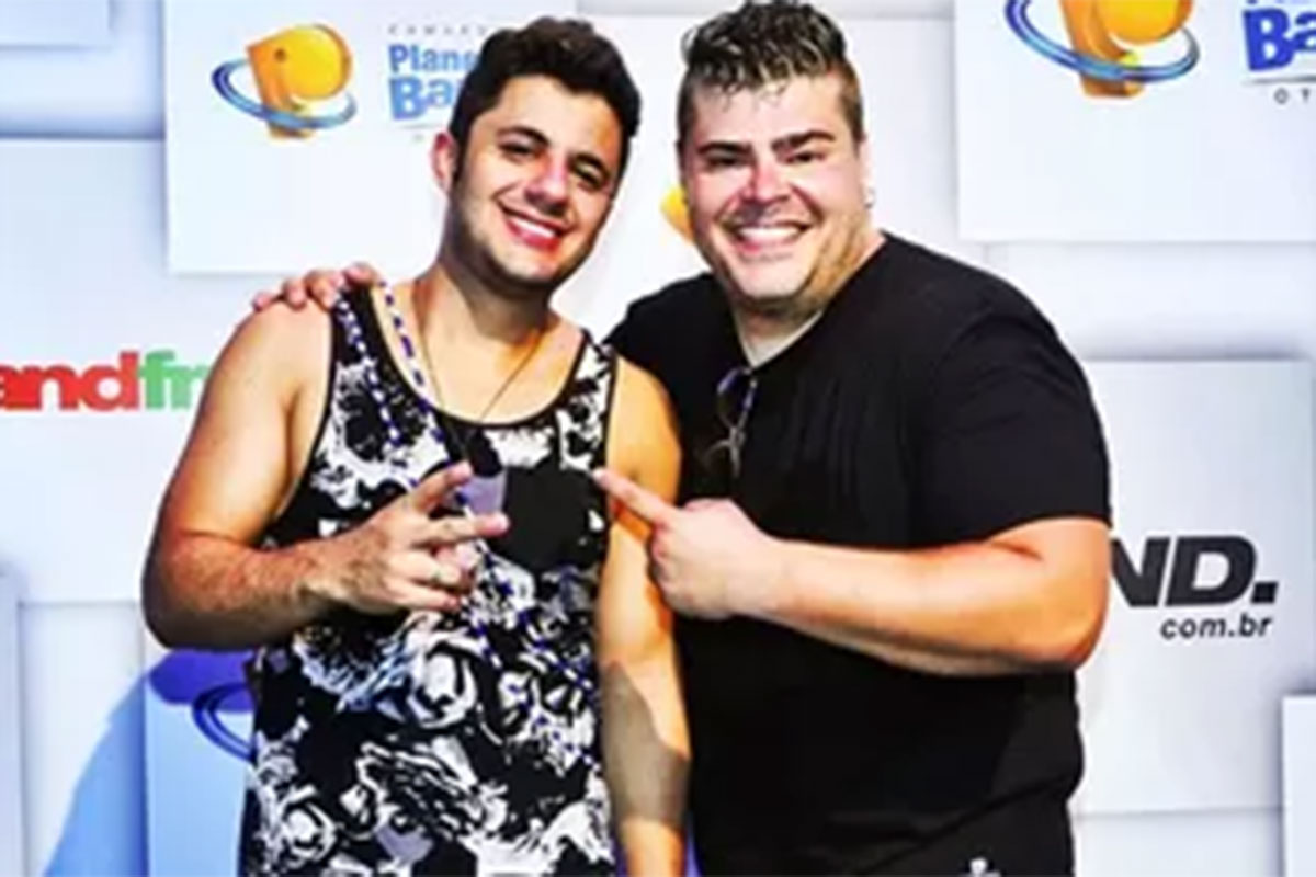 Cristiano Araújo sorridente ao lado de Rafael Vanucci