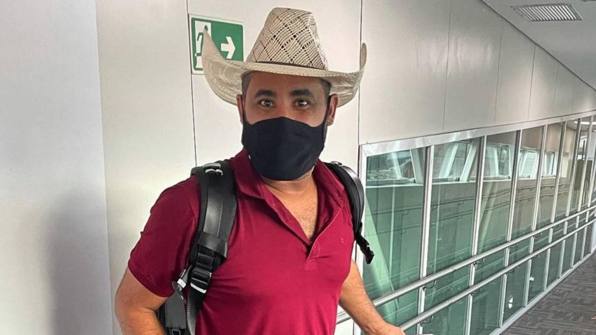 raia saia rodada de chapéu de vaqueiro e máscara no aeroporto