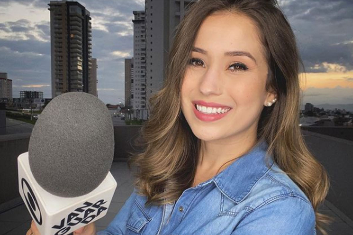 Laurene Santos com microfone em mãos