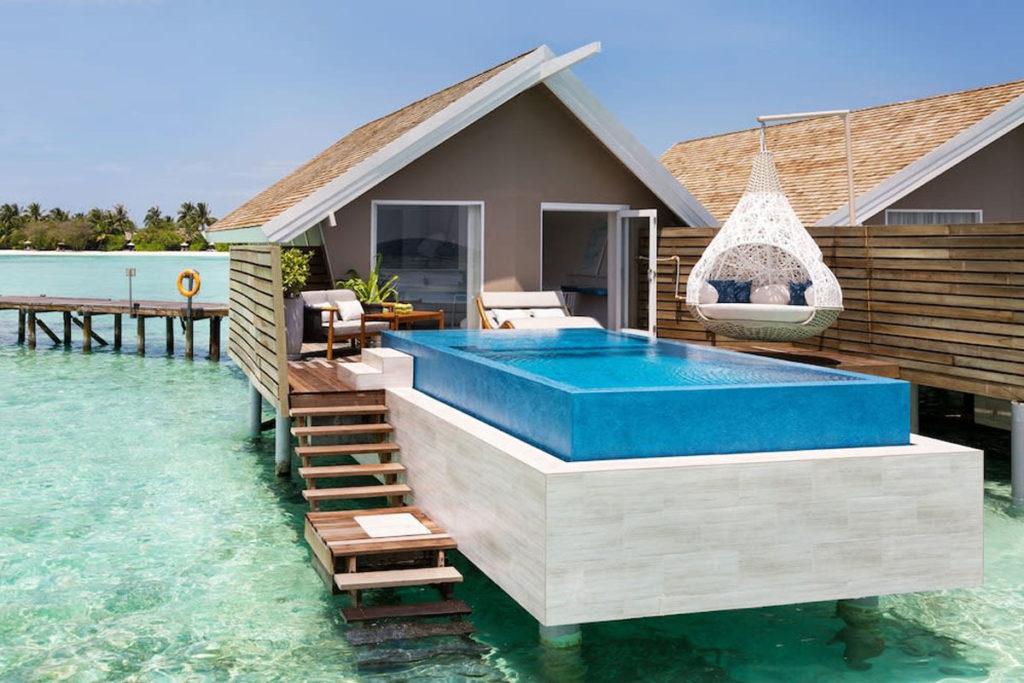 Imagem de outro bangalô do resort Lux South Ari Atoll, com piscina