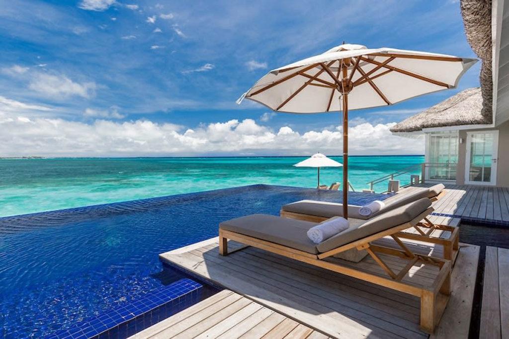 Imagem de umas das tendas do resort Lux South Ari Atoll com vista para o mar