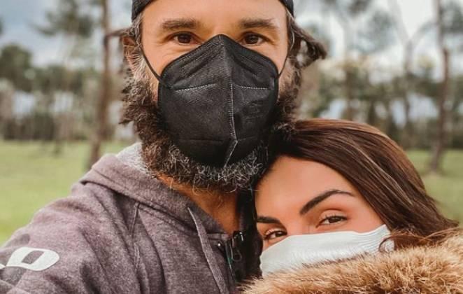 rodrigo santoro e mel fronckowiak posam de máscara