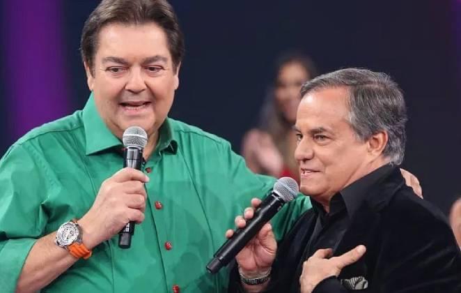 faustão e ronnie von com um microfone cada no palco de um programa
