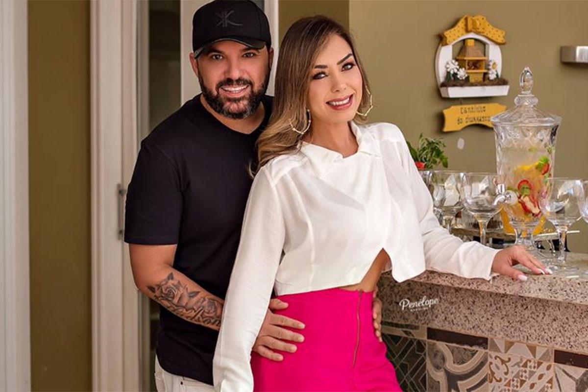 Deia Cypri usa calça rosa e blusa branca