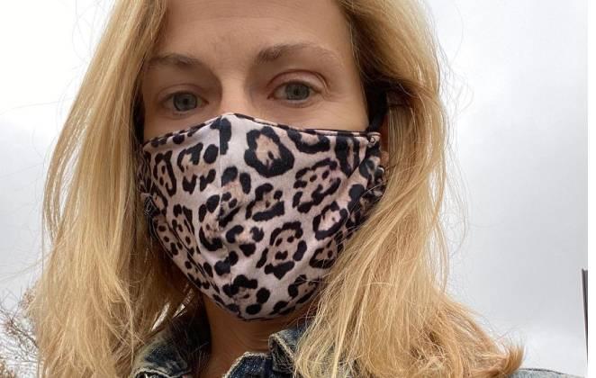 sheryl crow usando máscara de oncinha
