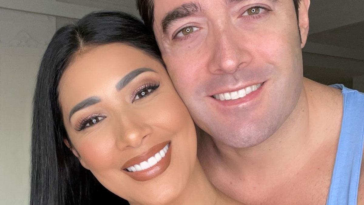 Simaria posa sorridente ao lado do marido