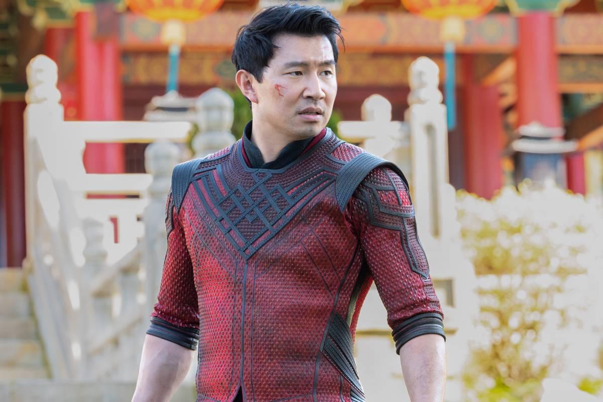 """simu liu caracterizado como shang-chi em cena do filme """"shang-chi e a lenda dos dez anéis"""""""