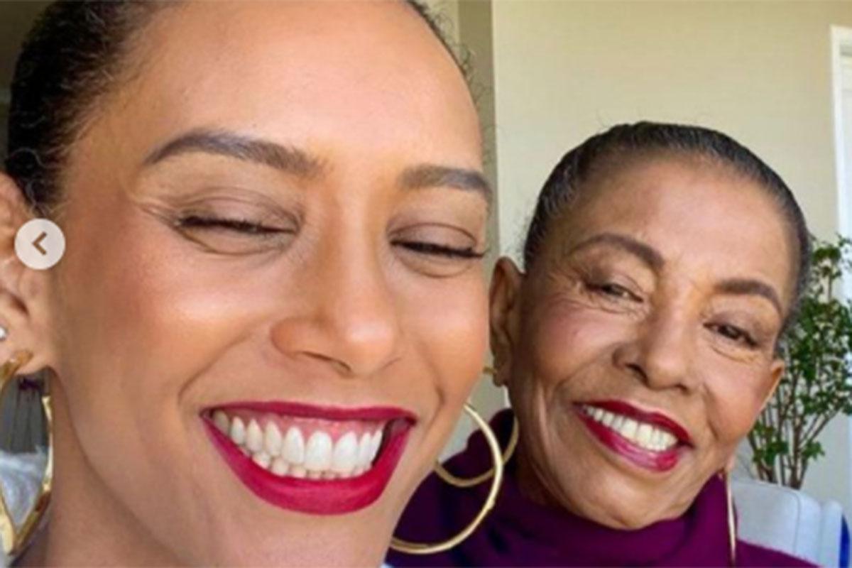 Taís Araujo surge sorridente ao lado da mãe