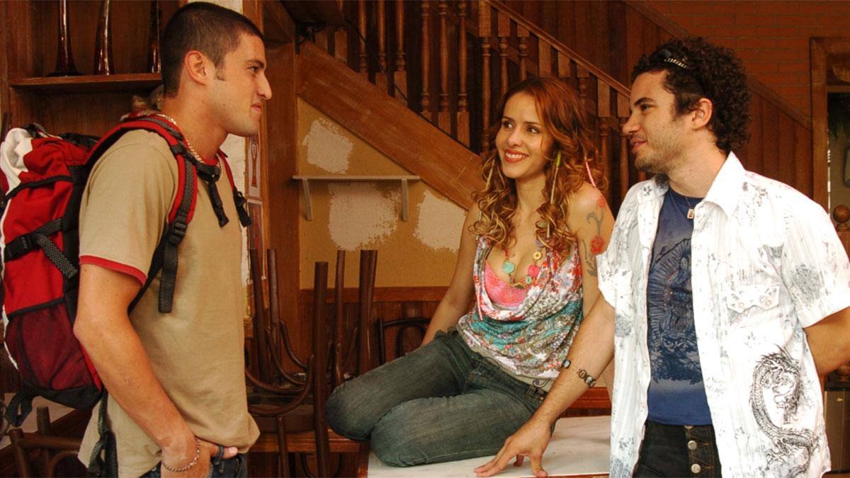 Thiago Mendonça, Alexandre Slaviero e Leona Cavalli em cena de Duas Caras