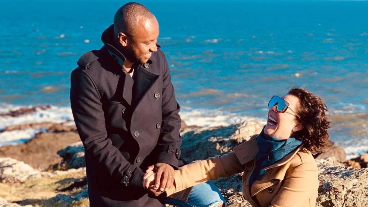 thiaguinho segurando na mão de fernanda souza em local rochoso próximo ao mar
