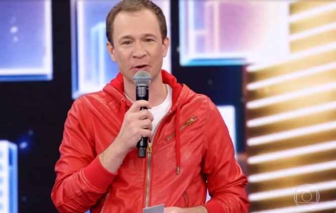 Tiago Leifert de jaqueta vermelha