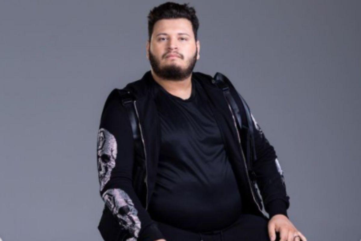 Victro Hugo de roupa preta sentado