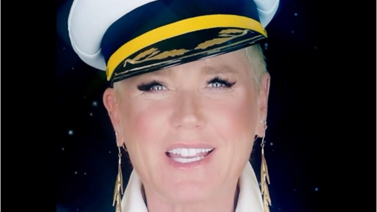 Xuxa usando chapéu de capitão de navio