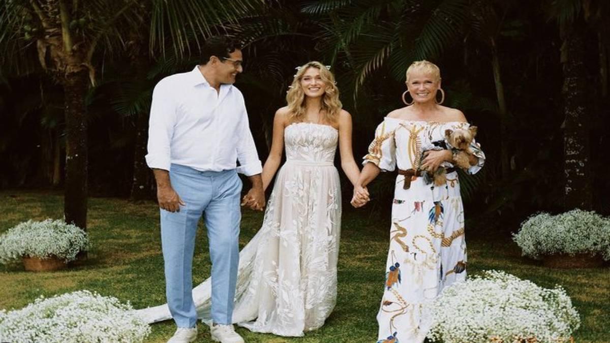 xuxa, sasha e luciano szafir posam para foto durante casamento de sasha