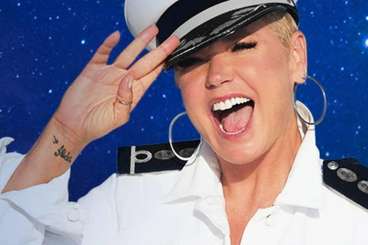 xuxa com roupa de marinheira em cartaz de seu navio temático
