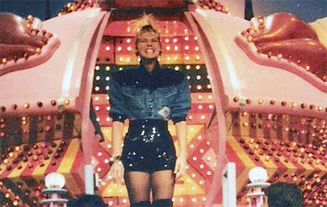 Xuxa em frente à sua nave do Xou da Xuxa