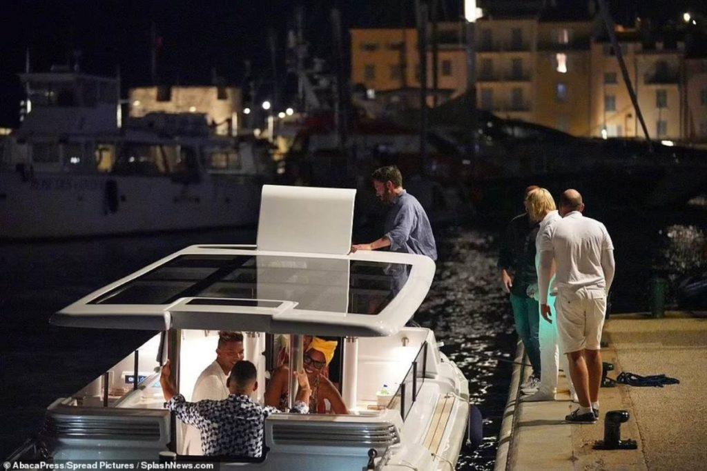 Ben Affleck embarcando em um pequeno barco para retornar ao iate após jantar em Saint-Tropez.