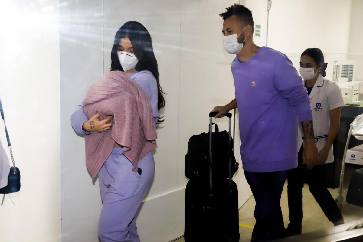 Bianca Andrade e Fred deixando maternidade com Cris