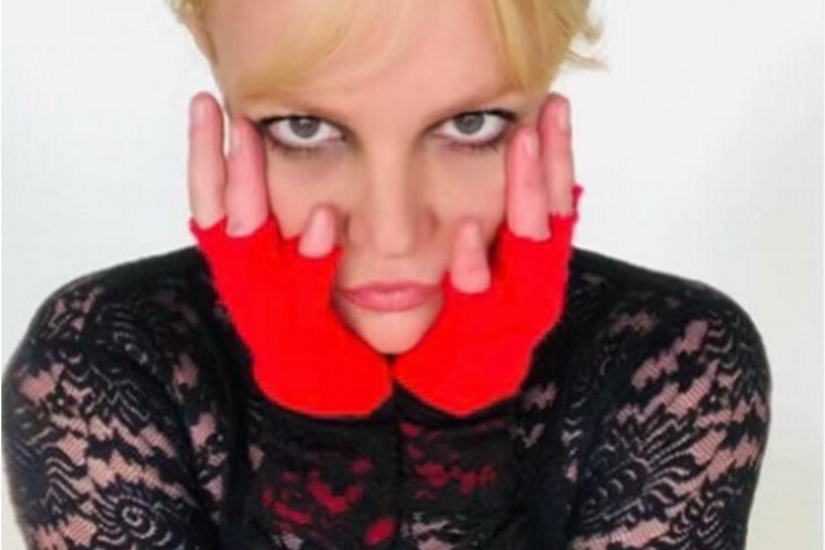 Britney Spears com maos no rosto