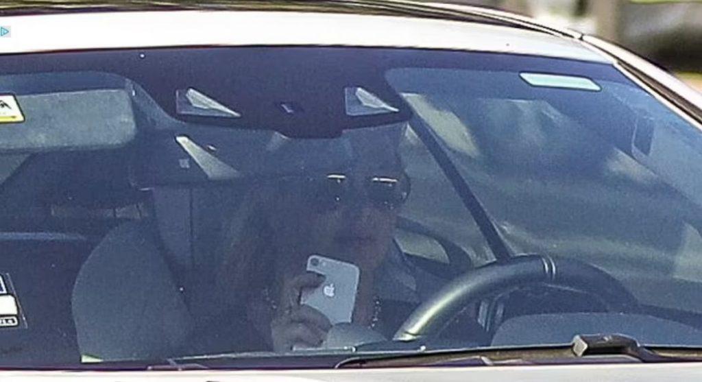 Britney Spears é flagrada dirigindo com o celular na mão