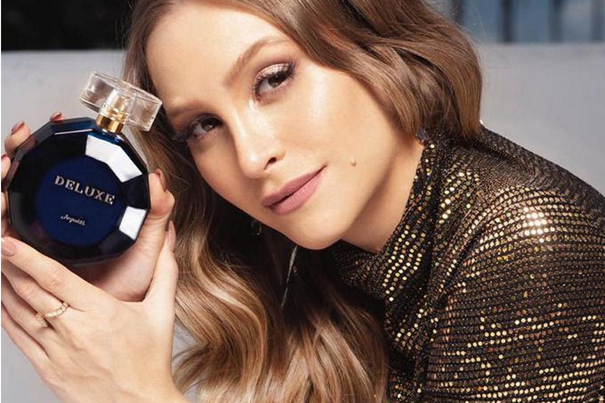 Carla Diaz segurando perfume