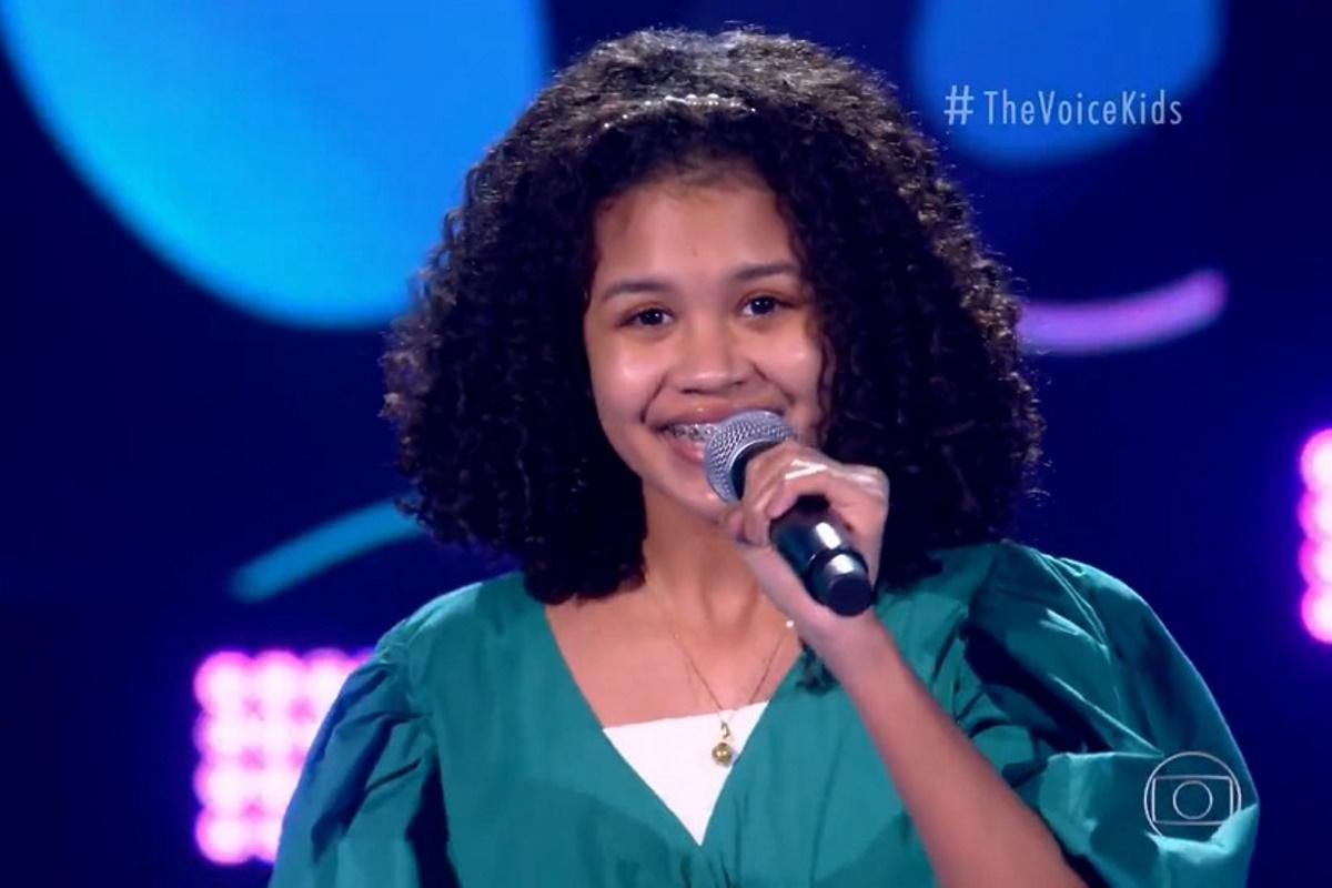 Clara Cintra no palco do The Voice Kids
