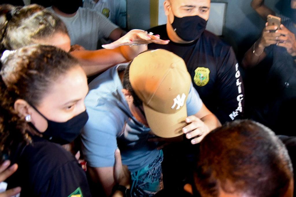 DJ Ivis deixando a Delegacia Metropolitana do Eusébio, na Grande Fortaleza - Foto (Caio Rocha e Francisco Cepeda/AgNews)