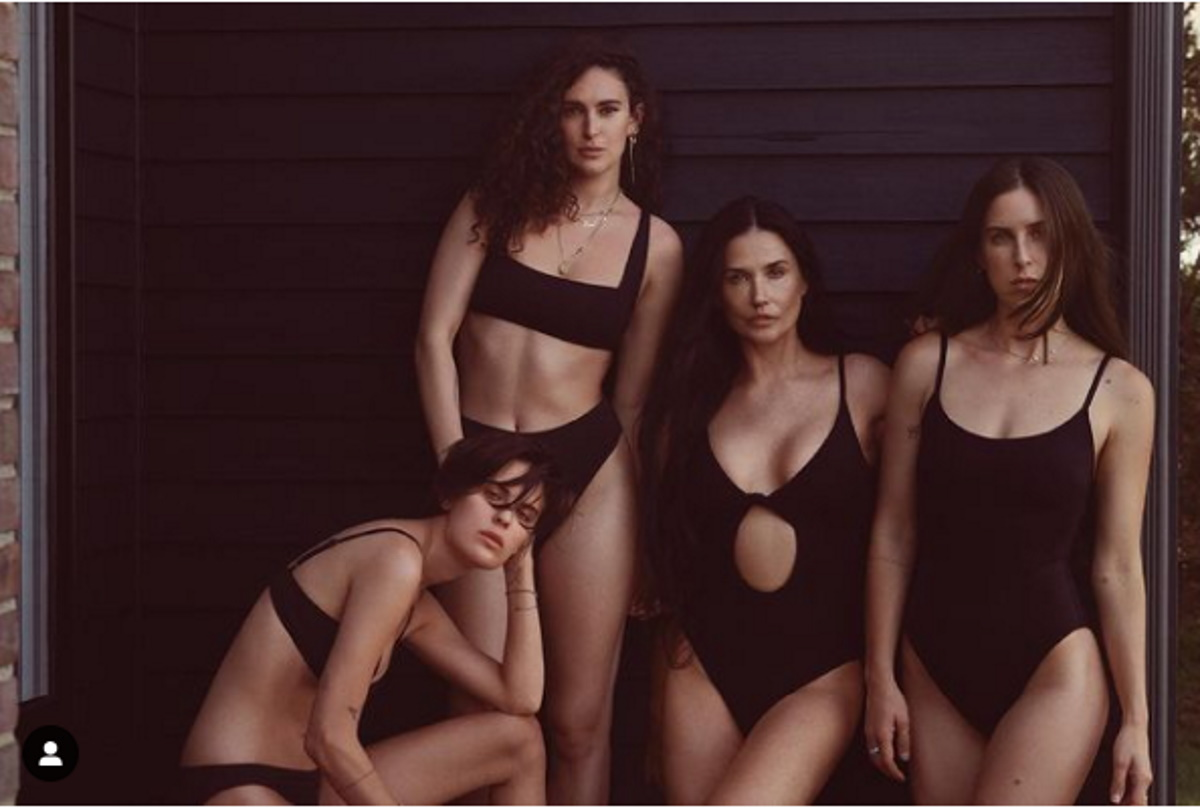 Demi Moore e filhas em trajes de banho