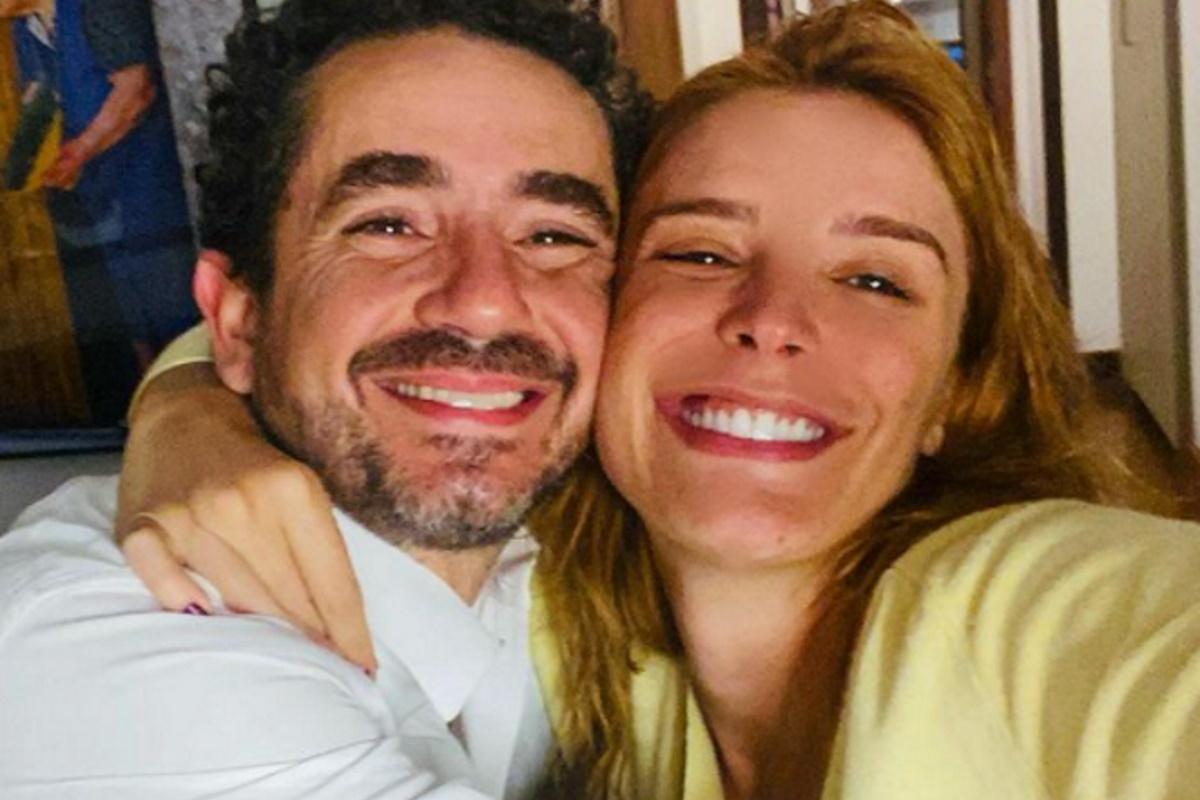 Felipe Andreoli e Rafa Brites abracados