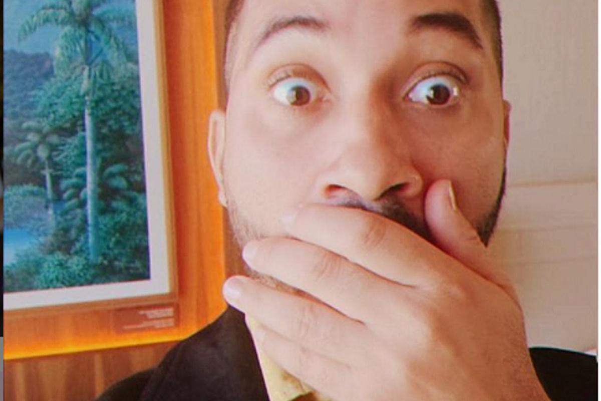 Gil do Vigor com mão na boca