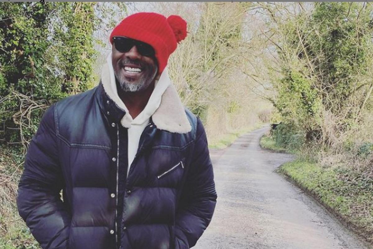 Idris Elba sorrindo