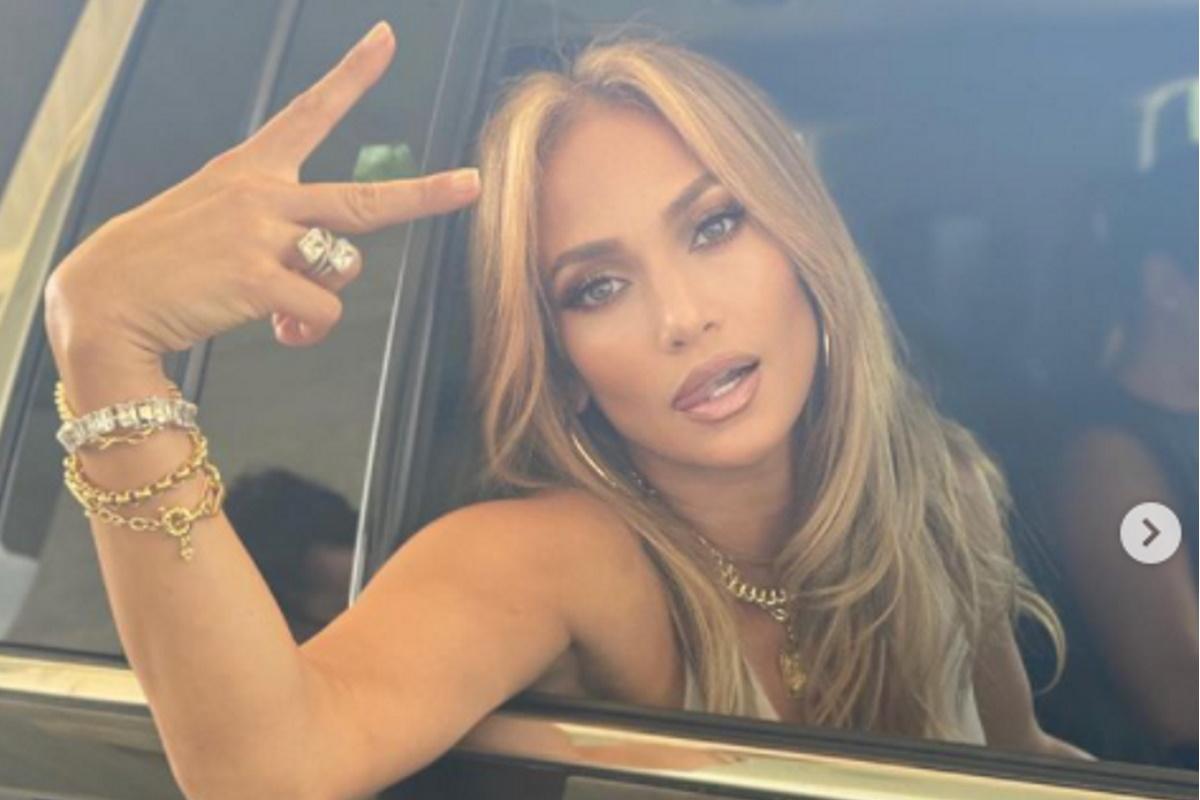 Jennifer Lopez acenando dentro de carro