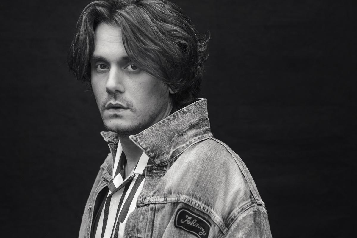 John Mayer de jaqueta jeans e camisa