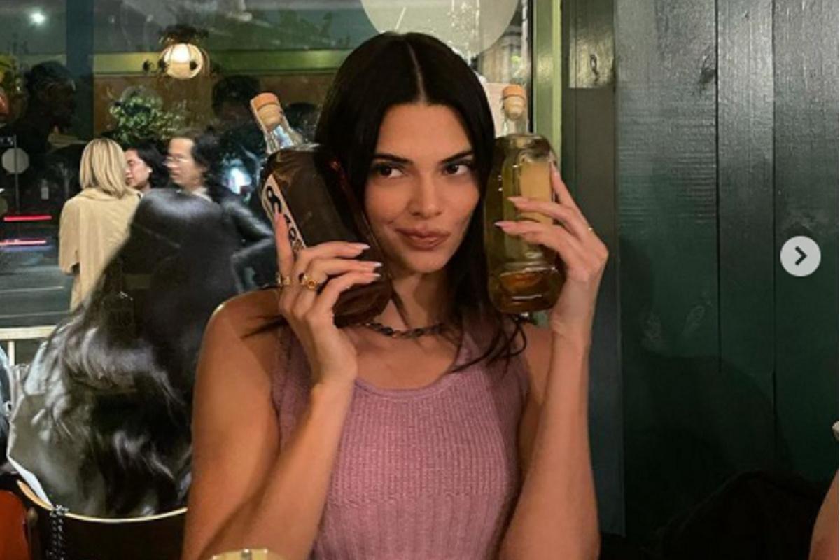 Kendall Jenner segurando garrafas de tequilas