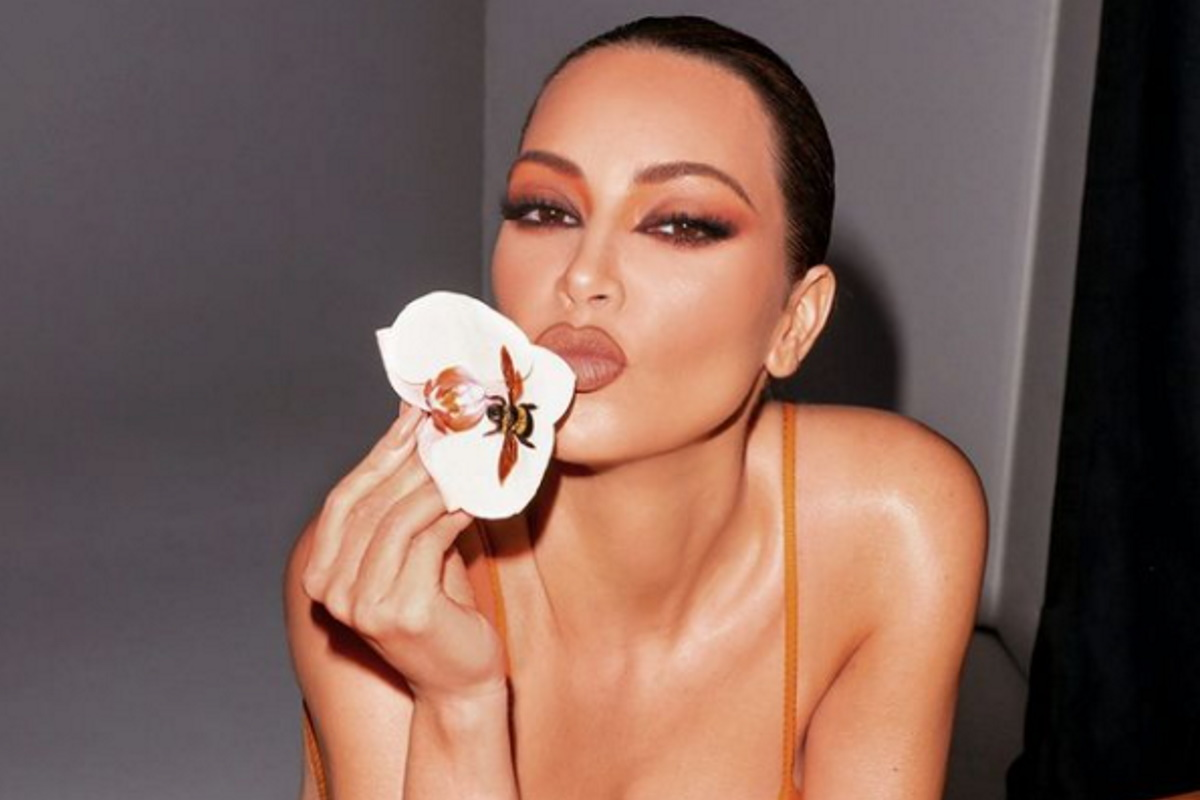 Kim Kardashian decotada e super maquiada