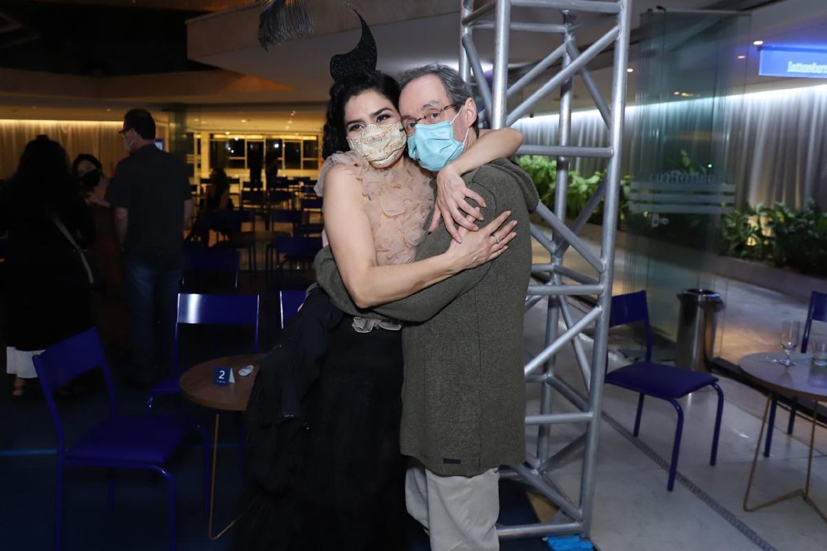 Letícia Sabatella abraçada com Daniel Dantas
