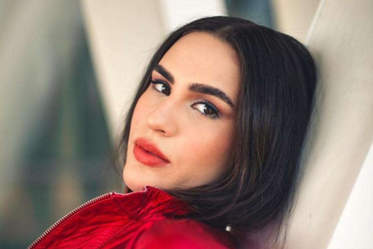 Livian Aragao maquiada e de jaqueta vermelha