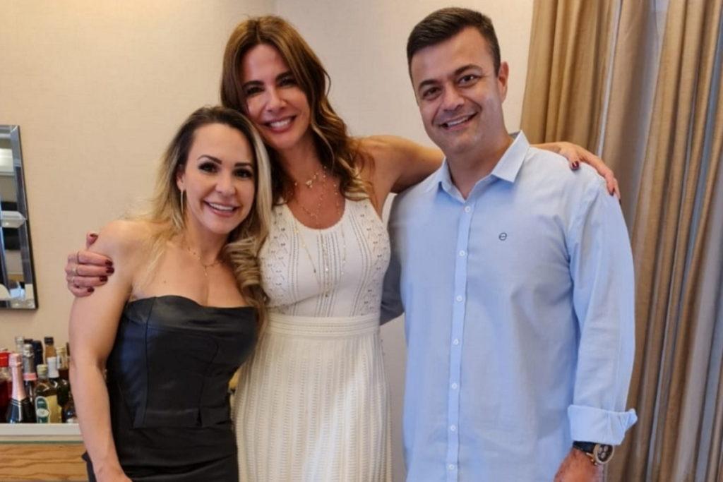 Luciana Gimenez posando ao lado de seus médicos