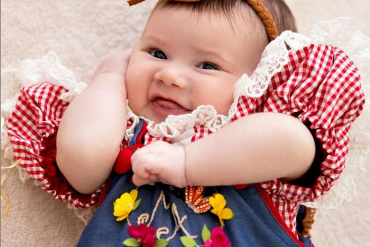 Maria Alice sorrindo de roupa caipira
