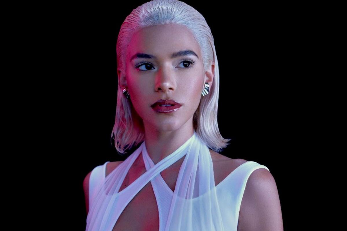 Bruna Marquezine com visual platinado